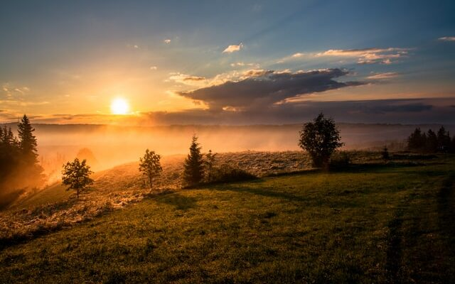 apus natura cer nori munte copaci pamant